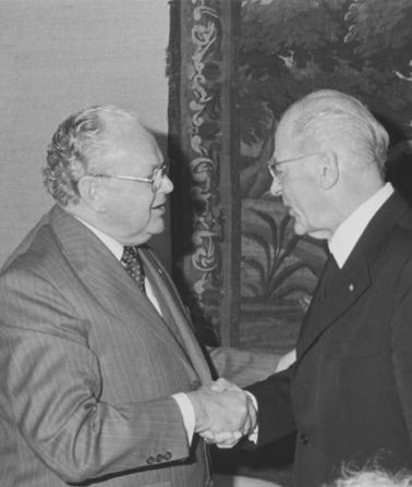1980: Bundestagspräsident Richard Stücklen, CDU/CSU, empfängt den Vorsitzenden der gemeinsamen Schiedsstelle für die Bundestagswahl 1980, den Augsburger Bischof Dr. Hermann Kunst, nach der konstituierenden Sitzung am 22. Mai 1980, Foto: Deutscher Bundestag / Heribert Bode