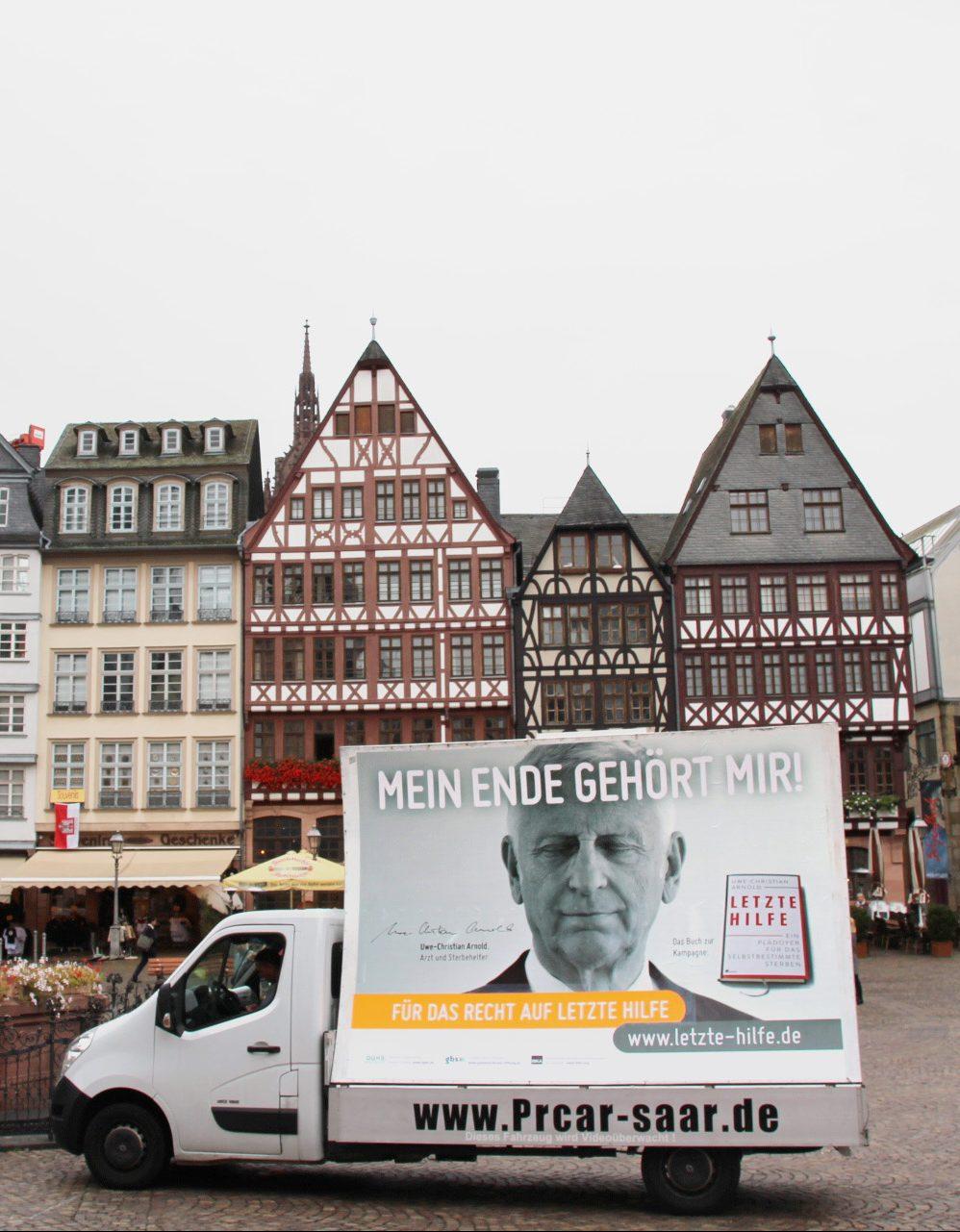 Die politische Forderung sichtbar machen: Ein fahrendes Großplakat in Frankfurt vor dem Römer, Foto: Ronan Dibelius.