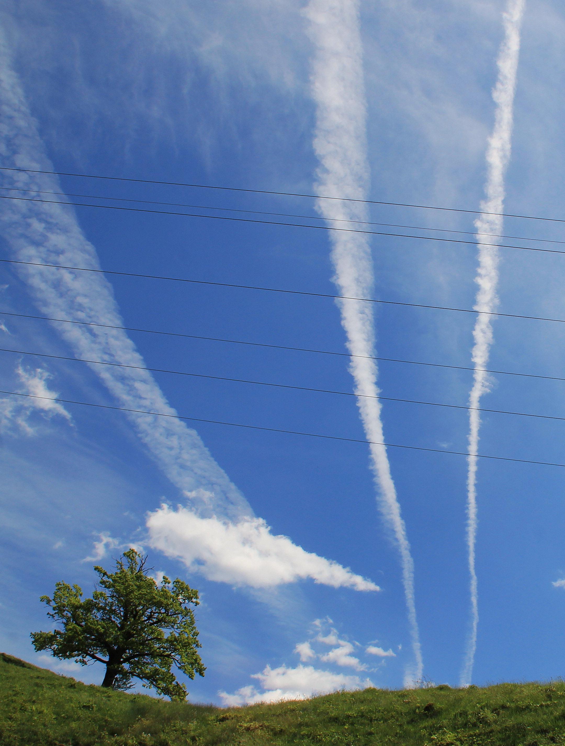 Chemtrails – Kondenswasser oder Giftstoffe zur Manipulation der Menschheit? Foto: Petra Dirscherl / pixelio.de